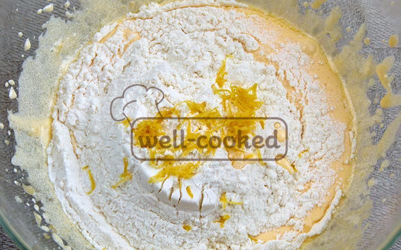 добавляем муку, разрыхлитель, лимонную цедру