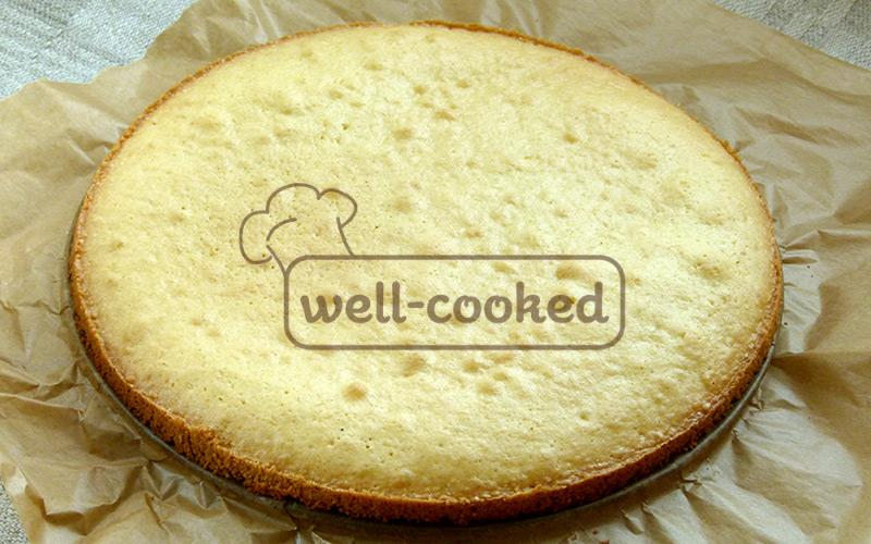 готовый бисквит вынимаем из формы и полностью остужаем