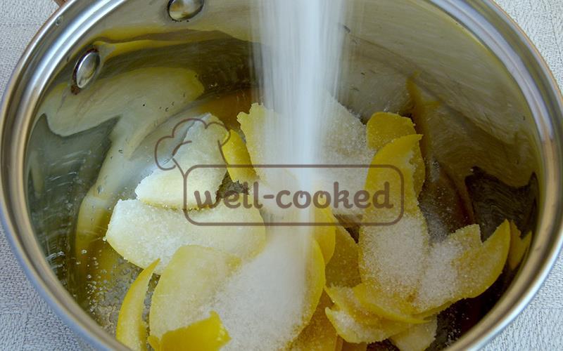 К цитрусовым коркам добавляем сахар и воду