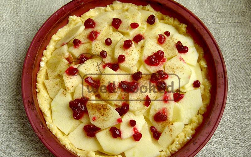 выкладываем яблоки и ягоды на тесто