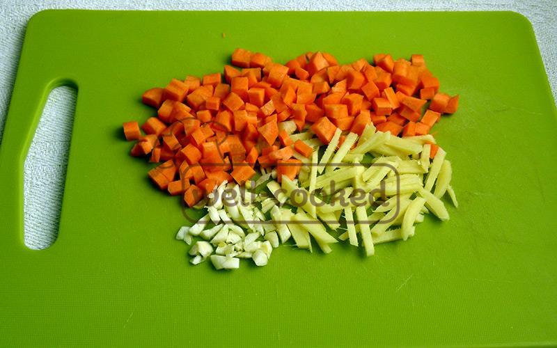 нарезаем морковь, имбирь и чеснок