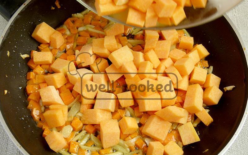 обжариваем имбирь, чеснок, морковь, добавляем тыкву