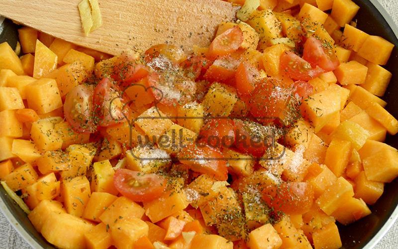 добавляем соль, специи, помидоры черри