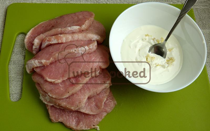 нарезаем мясо, смешиваем сметану и чеснок