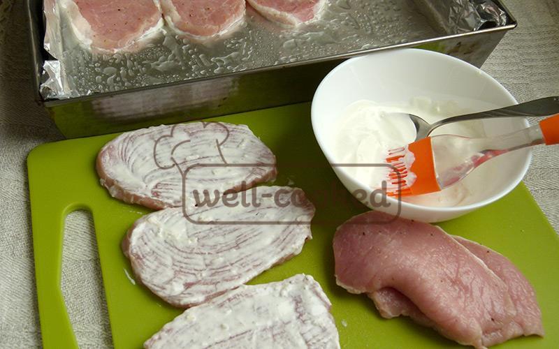 смазываем мясо сметаной