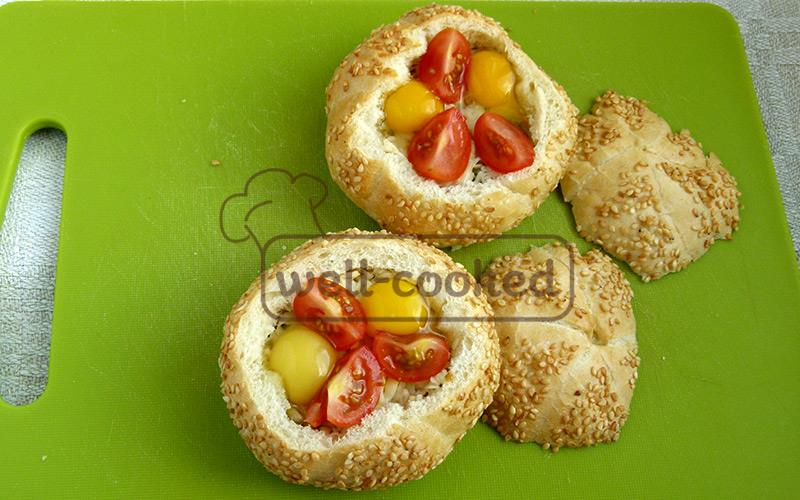 добавляем яйца и помидоры